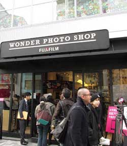 The Wonder Photo Shop is a two-storey photography boutique and learning center in Tokyo's trendy Harajuku district. Deacribed as 'part store, part print center and part workshop, the Wonder Photo Shop's motto is 'Living with photography improves one's life.' It has a strong focus on showing people what they can do with their smartphone images.